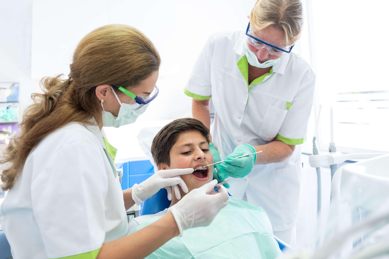 Mondzorgpraktijk-Fokkerstraat-Assen-orthodontie-behandeling-tiener