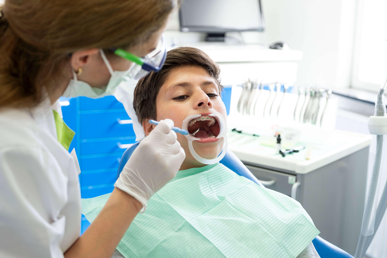 orthodontie-kinderen-behandeling-aanmelden-fokkerstraat-mondzorgpraktijk-tandarts-orthodontie-spoeddienst-assen-bellen-afspraak-brackets-beugel-page-title-bg
